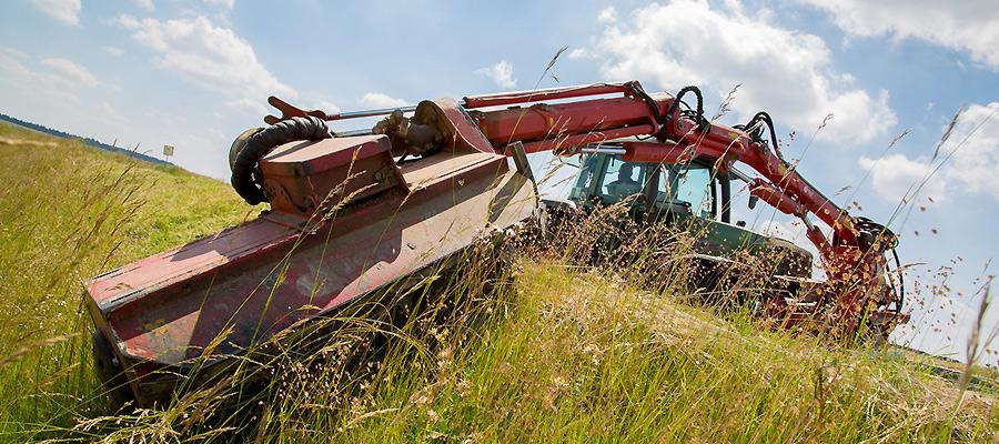 Pflege von Straßenbegleitgrün, Vorbereitung und Unterstützung von Baustellen, Wiederherstellung von Flächen für die landwirtschaftliche Nutzung: Die Maschinenring-Mitglieder haben für jeden Einsatz die nötigen Maschinen.