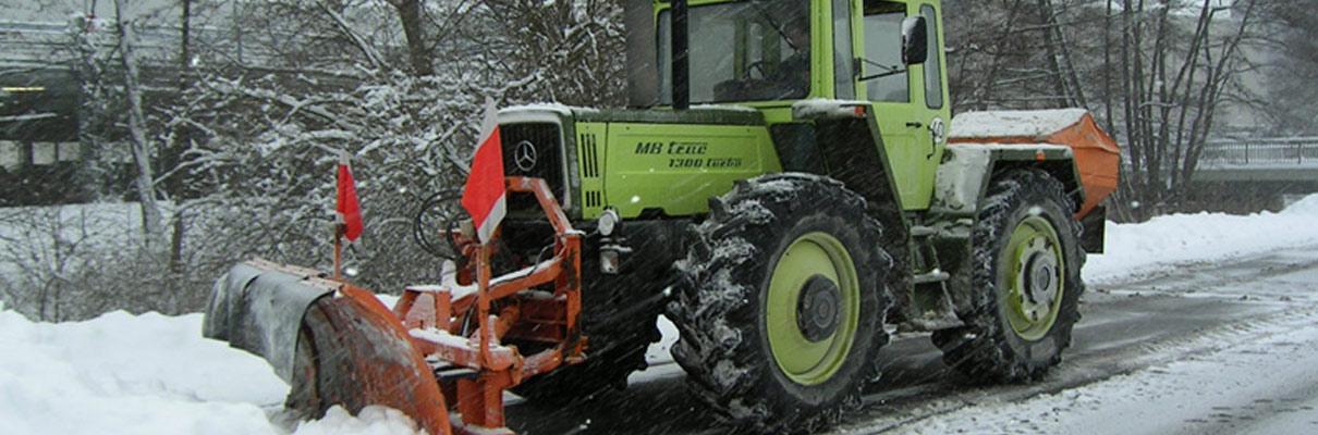 Maschinell und manuell sorgt der effiziente Winterdienst vom Maschinenring für freie Parkplätze, Lkw-Bereiche, Hofflächen, Gehwege und kleinstrukturierte Flächen